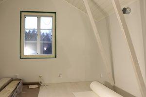 Ullakon remontissa molempiin ullakon päihin tehtiin pienet erilliset huoneet.