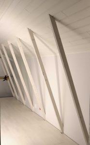 Ullakon remontin edistystä: seinät levyetty ja ja maalattu valkoiseksi. Katto paneloitu valkoisella panelilla ja näkyviin jääneet kattorakenteet maalattu valkoiseksi.