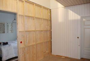 Ullakon remontti vaatii töitä myös alakerrassa. Alakerran väliseinää siirrettiin ja katto puhkaistiin portaita varten.
